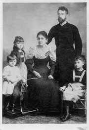 Egon mit Schaukelpferd, Melanie und Elvira Schiele mit Eltern, 1893